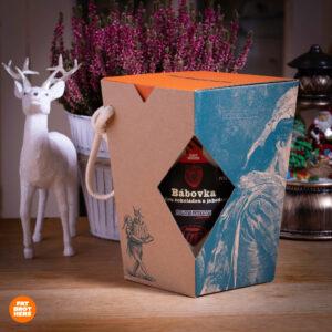 Bábovka s bílou čokoládou a jahodami v dóze a dárková krabička