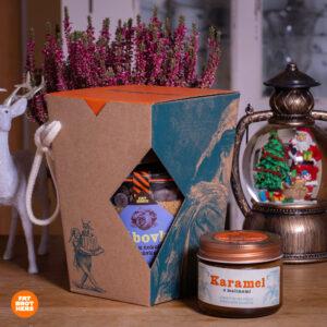 Bábovka s hořkou čokoládou a borůvkami v dóze, karamel a dárková krabička