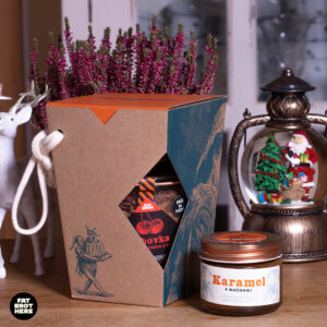 Bábovka s mléčnou čokoládou a višněmi v dóze, karamel a dárková krabička