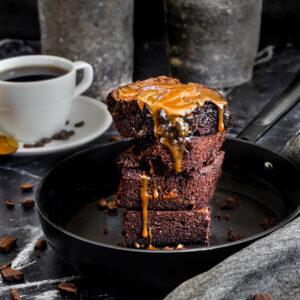 Brownies s vlašskými ořechy a bílou čokoládou v dóze, karamel a dárková krabička